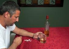 De mens wijdde zich aan alcohol en pillen Stock Foto's
