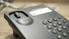 De mens wil een getelegrafeerd telefoongesprek maken stock video