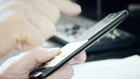 De mens winkelt online met celtelefoon stock video