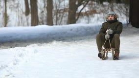 De mens in de wintertijd sledding Sneeuw overal stock videobeelden