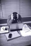 De mens wordt beklemtoond door huisfinanciën Royalty-vrije Stock Fotografie