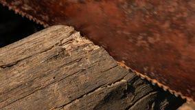 De mens zaagt houten bar roestige handzaag stock videobeelden