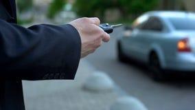 De mens zet autoalarm, veiligheidsconcept, risico om die aan auto te kapen op straat wordt geparkeerd royalty-vrije stock foto