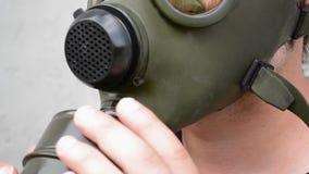 De mens zet Luchtfilter op Gasmasker op stock videobeelden
