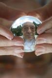 De mens ziet oude dagkristallen bol Royalty-vrije Stock Afbeeldingen