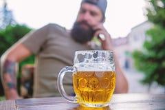 De mens zit koffieterras genietend van bier defocused Alcohol en barconcept Het ambachtbier is jong, stedelijk en modieus stock foto's