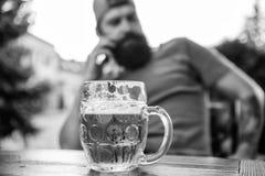 De mens zit koffieterras genietend van bier defocused Alcohol en barconcept Het ambachtbier is jong, stedelijk en modieus royalty-vrije stock afbeeldingen