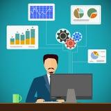 De mens zit op de werkplaats bij de computer Financieel en statist Stock Foto