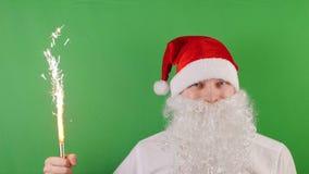 De mens zoals Santa Claus met handbediend vuurwerk schouwt of sterretje, Kerstmis en Nieuw jaar 2019, op groene Chromasleutel stock videobeelden