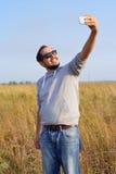 De mens in zonnebril neemt selfie Stock Afbeeldingen