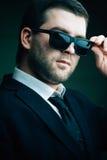 De mens in zonnebril verminderde een weinig in de donkere ruimte Royalty-vrije Stock Foto