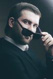 De mens in zonnebril verminderde een weinig in de donkere ruimte Stock Fotografie