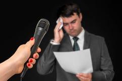 De mens zweet, hij bang van openbare toespraak Royalty-vrije Stock Afbeeldingen