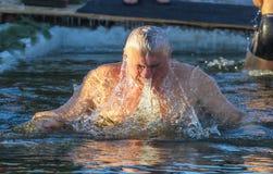 De mens zwemt Stock Fotografie
