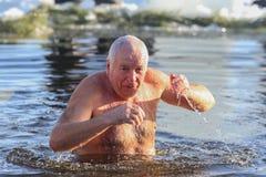 De mens zwemt Royalty-vrije Stock Foto's