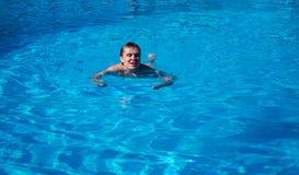 De mens zwemt in de pool Stock Afbeeldingen
