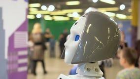 De menselijke androïde zaal van de gangtentoonstelling toont technologische kansen nieuwe investeerder stock videobeelden