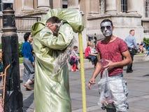 De menselijke beeldhouwwerken nemen een onderbreking in Trafalgar Square, Londen Stock Foto