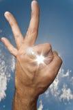 De menselijke hand die o.k. teken en zon maakt krijgt door het Royalty-vrije Stock Afbeelding
