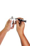 De menselijke hand herstelt een verbouwings bekwame verstuiver van elektronische sigaret Stock Fotografie