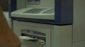 De menselijke hand past een creditcard in pos terminal toe Detail van de kaart Creditcardmachine voor geldtransactie sluit stock videobeelden