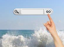 De menselijke hand wijst op de onderzoeksbar in browser Stock Afbeeldingen