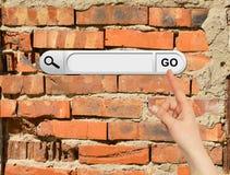 De menselijke hand wijst op de onderzoeksbar in browser Stock Afbeelding