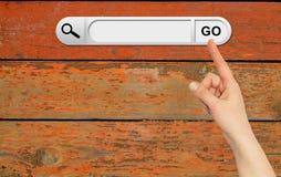 De menselijke hand wijst op de onderzoeksbar in browser Royalty-vrije Stock Foto