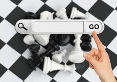 De menselijke hand wijst op de onderzoeksbar in browser Royalty-vrije Stock Afbeeldingen