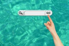 De menselijke hand wijst op de onderzoeksbar in browser Royalty-vrije Stock Afbeelding