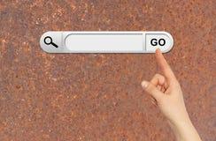 De menselijke hand wijst op de onderzoeksbar in browser Stock Foto's