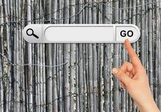 De menselijke hand wijst op de onderzoeksbar in browser Royalty-vrije Stock Foto's