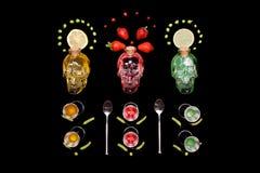 De menselijke hulpmiddelen die van de de flessenbar van de kristal hoofdschedel op zwarte achtergrond schilderen Royalty-vrije Stock Fotografie