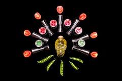 De menselijke hulpmiddelen die van de de flessenbar van de kristal hoofdschedel op zwarte achtergrond schilderen Stock Afbeeldingen