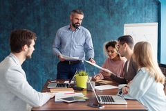 De menselijke opleidende mensen van de middelmanager over bedrijf en toekomstige vooruitzichten Groep zakenlui die in vergadering stock afbeelding