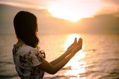 De menselijke palm overhandigt actie als bidt om te aanbidden symbool voor verering aan het Christendom van Jesus-Christus stock foto's