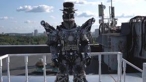De menselijke robot in al groei wordt gedreven door lidmaten op achtergrond van blauwe hemel met wolken lengte Android met gezich stock videobeelden