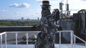 De menselijke robot in al groei wordt gedreven door lidmaten op achtergrond van blauwe hemel met wolken lengte Android met gezich royalty-vrije stock afbeeldingen