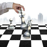 De menselijke schaakstukken van het de muntsymbool van het hand speelgeld Royalty-vrije Stock Foto's