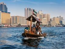 De mensen aan boord van abrawater taxi?en over de Kreek in Doubai stock afbeelding