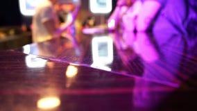 De mensen achter de bar drinken alcohol en betaalt geld stock videobeelden