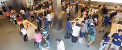 De mensen in Apple slaan op Fifth Avenue in Manhattan op Stock Fotografie