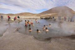 De mensen baden in geiser thermisch water, Chili Stock Fotografie