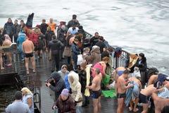 De mensen baden in het ijzige water Royalty-vrije Stock Afbeelding