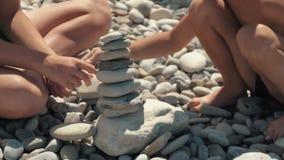 De mensen baden in het overzees in de zon, baden en spelen spelen op het strand Toeristen op het strand van de kiezelstenen van h stock videobeelden