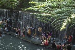 De mensen baden in de koude en schone rotsachtige rivier van het bergbronwater Royalty-vrije Stock Fotografie