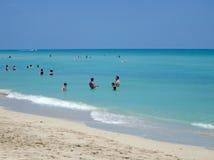De mensen baden in ondiepe wateren bij het Strand van Miami Stock Foto