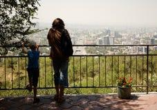 De mensen bekijken de stad Stock Foto's