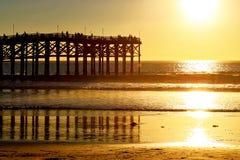 De mensen bekijken een Vreedzame Oceaanzonsondergang van een pijler in San Diego Royalty-vrije Stock Afbeeldingen
