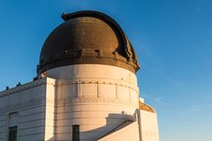 De mensen bekijken Hollywood-Heuvels van boven op Griffith Observatory Stock Foto